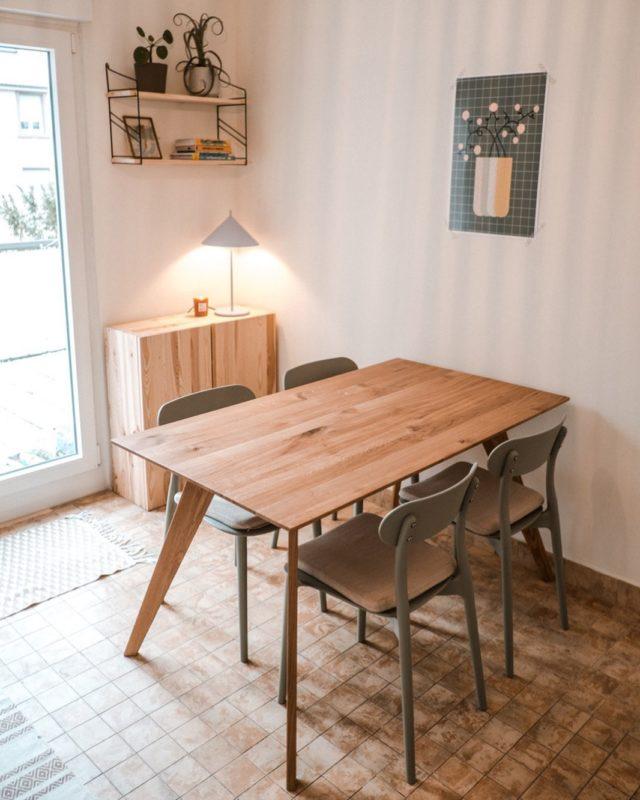 ...der #manschare #esstisch in der kleinen, gemütlichen Küche von Selli & Frank @pinepins - #feineich #kücheninspiration #küchentisch #designmöbel #minimalism #freiburgkreativ #freiburg #eichenholz #eichentisch #küchenliebe