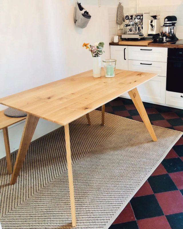 Ein kleiner MANSCHARE Esstisch und die passende SITZNAA Sitzbank in gemütlichem Ambiente...  #feineich #kleinerküchentisch #kücheninspiration #eichentisch #südbaden #sitzbank #sitznaa #manschare