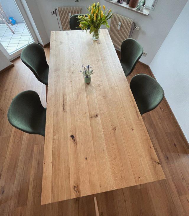 #manschare #esstisch - 210x90cm - entspannt Platz für bis zu 8 Personen - aus einem oder bald auch ganz vielen Haushalten! #fuckcorona  #designtisch #wildeiche #massivholz #minimalismus #skandinavischwohnen #freiburg #feineich